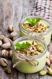 Yogurt naturale del pistacchio in un piccolo barattolo di vetro sulla tavola di legno fotografia stock libera da diritti