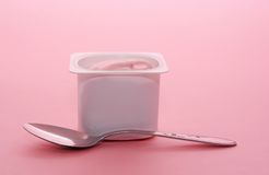 Yogurt in recipiente di plastica Fotografia Stock Libera da Diritti