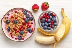 Yogurt sano della prima colazione con granola e le bacche Fotografia Stock