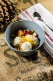 Yogurt; Tagli i frutti; E Honey In Bowl By Napkin Immagini Stock