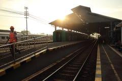 YOGYAKARTA - 30 de mayo de 2017 Salida del sol en la estación de Lempuyangan Foto de archivo libre de regalías