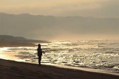 Yogyakarta, Indonésia - November 10, 2018: Pescador With um nascer do sol imagem de stock
