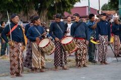 YOGYAKARTA, INDONESIEN - CIRCA IM SEPTEMBER 2015: Zeremonieller Sultan Guards in den Sarongs, die vor Sultan Palace (Keraton) ste stockfotografie