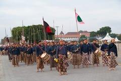 YOGYAKARTA, INDONESIEN - CIRCA IM SEPTEMBER 2015: Zeremonieller Sultan Guards in den Sarongs marschieren in Bildung vor Sultan Pa lizenzfreie stockfotografie