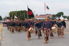 YOGYAKARTA, INDONESIEN - CIRCA IM SEPTEMBER 2015: Zeremonieller Sultan Guards in den Sarongs marschieren in Bildung vor Sultan Pa stockfotografie