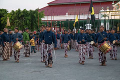 YOGYAKARTA, INDONESIEN - CIRCA IM SEPTEMBER 2015: Zeremonieller Sultan Guards in den Sarongs marschieren vor Sultan Palace (Kerat lizenzfreie stockfotografie
