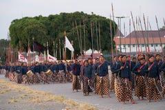 YOGYAKARTA, INDONESIEN - CIRCA IM SEPTEMBER 2015: Zeremonieller Sultan Guards in den Sarongs marschieren vor Sultan Palace (Kerat lizenzfreie stockbilder