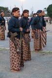 YOGYAKARTA, INDONESIEN - CIRCA IM SEPTEMBER 2015: Zeremonieller Sultan Guards in den Sarongs mit Gewehren stehen vor Sultan Palac lizenzfreies stockfoto