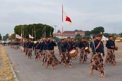 YOGYAKARTA INDONESIEN - CIRCA SEPTEMBER 2015: Ceremoniella Sultan Guards i sarongs marscherar i bildande framme av Sultan Palace  Arkivfoto