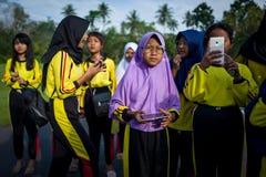 Yogyakarta Indonesien - mars 17, 2018: Unga ungar poserar för kameran på den Prambanan templet i Yogyakarta Royaltyfri Bild