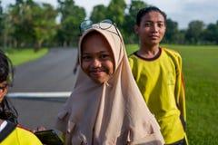 Yogyakarta Indonesien - mars 17, 2018: Unga ungar poserar för kameran på den Prambanan templet i Yogyakarta Arkivbild