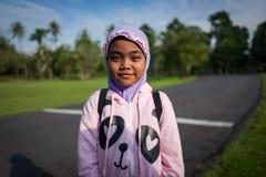 Yogyakarta Indonesien - mars 17, 2018: Unga ungar poserar för kameran på den Prambanan templet i Yogyakarta Arkivbilder