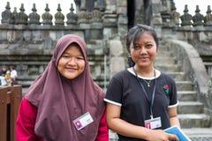 Yogyakarta Indonesien - mars 17, 2018: Unga ungar poserar för kameran på den Prambanan templet i Yogyakarta Royaltyfri Foto