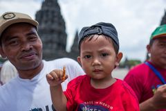 Yogyakarta Indonesien - mars 17, 2018: Unga ungar poserar för kameran på den Prambanan templet i Yogyakarta Royaltyfri Fotografi
