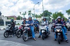 Yogyakarta Indonezja, Marzec, - 16, 2018: Hulajnoga kierowcy czeka zielone światło na Malioboro drodze obraz stock