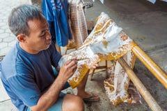 YOGYAKARTA INDONEZJA, SIERPIEŃ, - 28, 2008: Mężczyzna obrazu wosk przy nietoperzem Fotografia Royalty Free