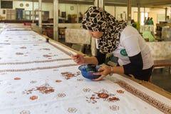 YOGYAKARTA INDONEZJA, SIERPIEŃ, - 28, 2008: Kobieta obrazu wosk przy b Zdjęcie Stock