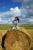 Yoing kvinna i höstackar på fält Fotografering för Bildbyråer