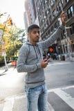 Yoiung, amerykanina afrykańskiego pochodzenia mężczyzna dzwoni taksówkę w NYC Zdjęcie Stock