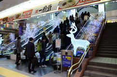 Yokohama, Japão - 27 de novembro: povos que estação de caminhos-de-ferro transversal du Imagens de Stock Royalty Free