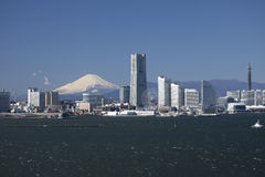Yokohama-Schacht-Brücke, Mt. Fuji und ein Gebäude Lizenzfreie Stockfotografie