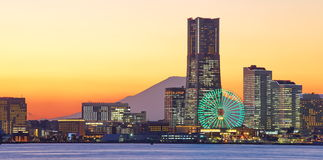 Yokohama stadshorisont över Mten Fuji Arkivfoto