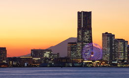 Yokohama-Stadt über dem Fujisan Stockbilder