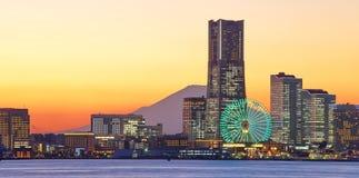 Yokohama-Stadtskyline über dem Mt Fuji Stockfoto