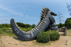 YOKOSUKA Japan - AUGUSTI 14, 2016: En bakre sikt av det berömda monstret Godzilla i Yokosuka, Kanagawa, Japan royaltyfria foton