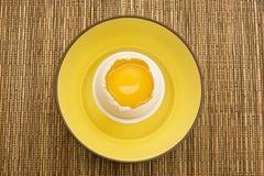 Yolk de ovo amarelo em uma casca de ovo rachada fotografia de stock