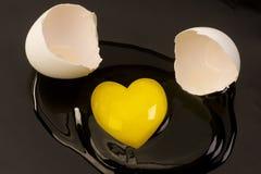 Yolk de ovo cru dado forma coração fotografia de stock