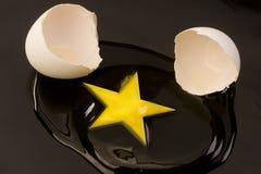 Yolk de ovo dado forma estrela foto de stock