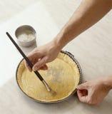 Yolk de ovo de escovadela na pastelaria foto de stock