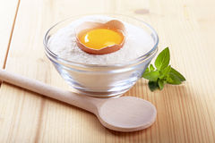 Yolk de ovo em uma bacia de farinha imagem de stock royalty free