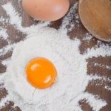 Yolk de ovo na farinha imagem de stock royalty free