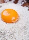 Yolk de ovo na farinha foto de stock