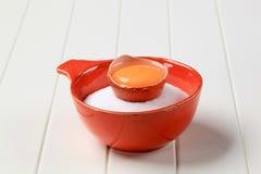 Yolk e açúcar crus de ovo fotos de stock