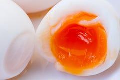 Yolk jest nadchodzący od jajecznego bielu out zdjęcia royalty free