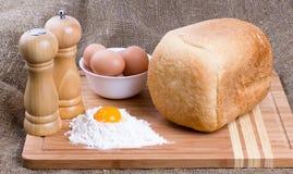 Yolk, ovos de galinhas da casa, sal, pimenta e pão imagens de stock royalty free