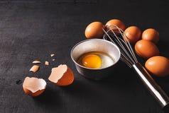 Yolks i Jajeczna proteina w filiżance Koronowi śmignięć jajka przygotowanie obraz royalty free