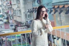 Yong atrakcyjna kobieta opowiada telefon komórkowego Obrazy Stock