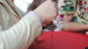 Yong biała kobieta robi handmade lali zdjęcie wideo