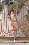 Yong blond dziewczyna jest ubranym bikini pozuje outside Zdjęcia Stock