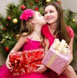 Yong kobieta i jej urocza mała dziewczynka z prezentów pudełkami zdjęcia royalty free