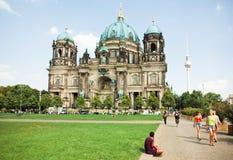 Yong kobiety chodzi past wielką strukturę berlińczyków Dom Obrazy Royalty Free