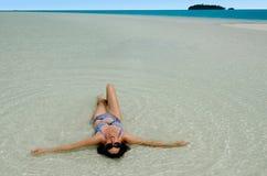 Yong kvinnabadning på den Aitutaki lagun, kock Islands. Arkivbilder