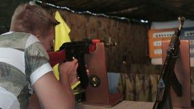 Yong-Mann schießt ein Gewehr stock video