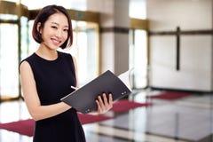 Yong nätt asiatisk affärskvinna Arkivfoton
