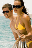Yong-Paare auf der Yacht Lizenzfreie Stockfotos
