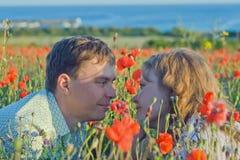 Yong-Paare mit Blumen nahe dem Meer Stockfoto